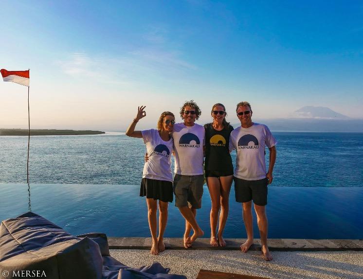Zach, instructeur PADI, Elsa, divemaster PADI, et deux plongeurs devant la piscine Warnakali et le volcan Agung